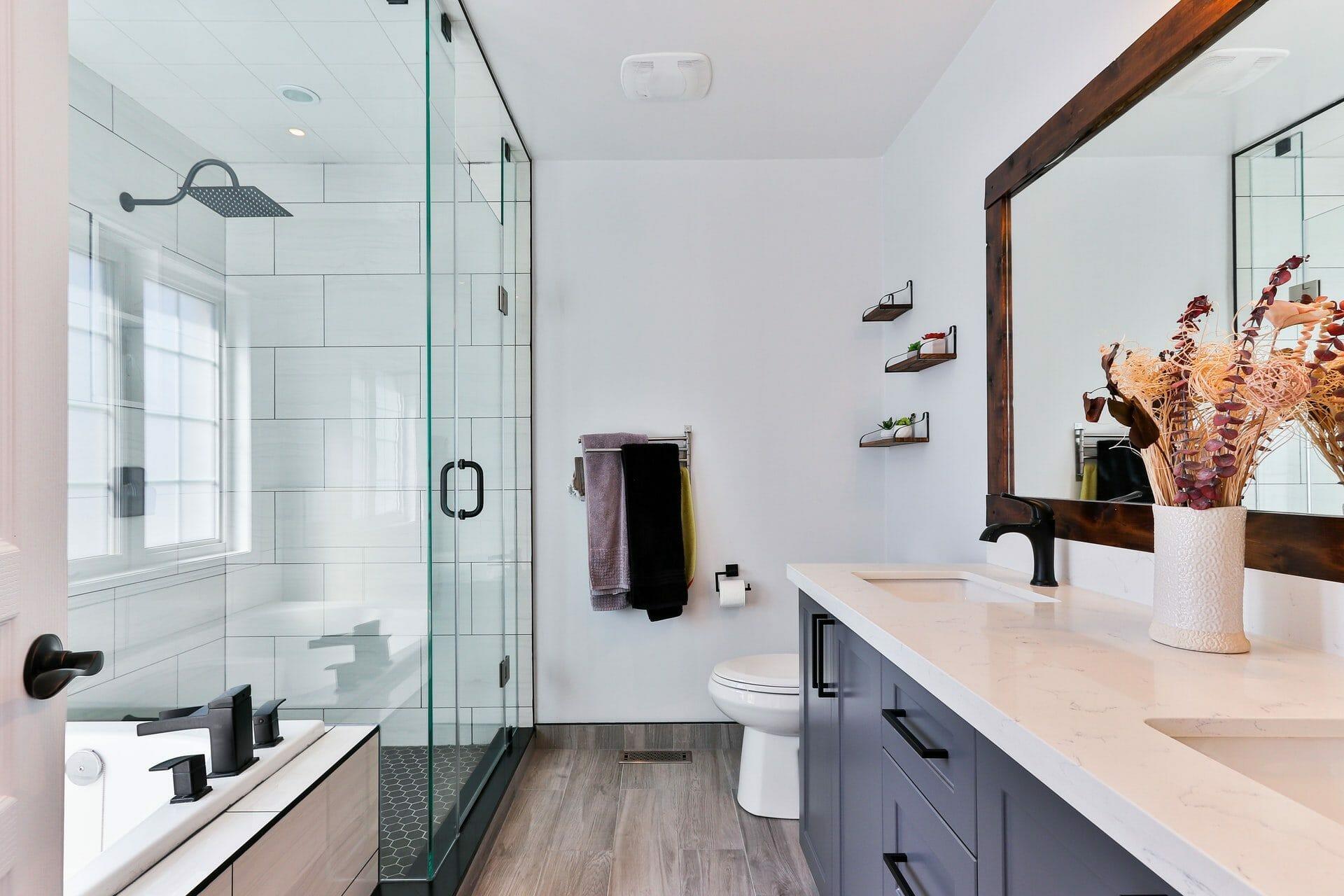 Nouă trucuri simple pentru ca baia ta mică să pară mai mare